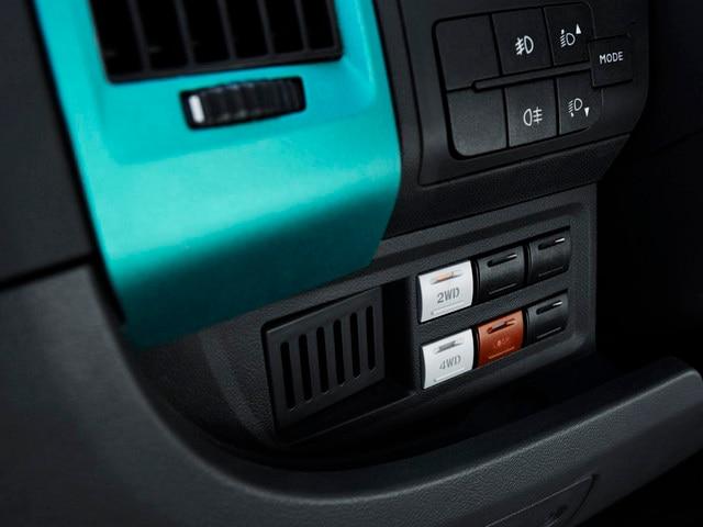 PEUGEOT BOXER 4x4 CONCEPT : La transmisión 4x4 se activa con 3 interruptores situados al alcance de la mano en la parte izquierda del cuadro de mandos.