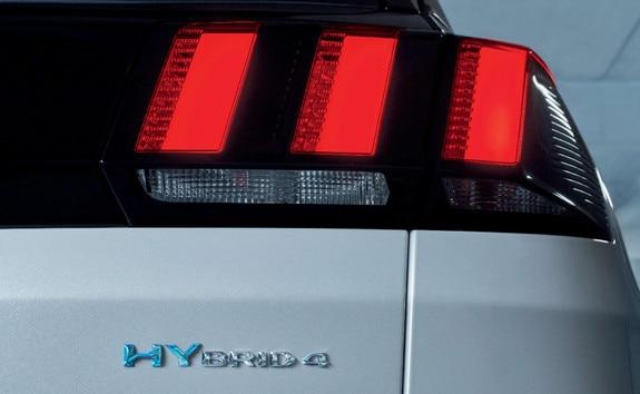 SUV PEUGEOT 3008 HYBRID4 - Luces traseras derechas y placa híbrida