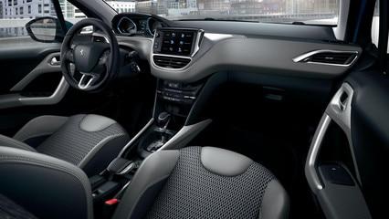 SUV PEUGEOT 2008 : Peugeot i-Cockpit, panel de instrumentos elevado, volante compacto